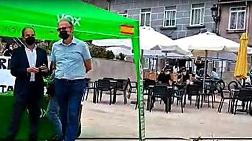 Un grupo de jóvenes protestan ante un puesto de Vox en Ponteareas