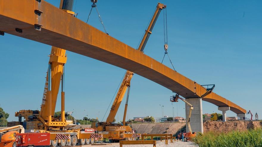 Obras Públicas prevé que la pasarela ciclopeatonal sobre la V-30 esté terminada en noviembre