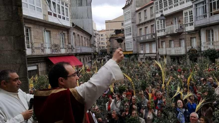 Cientos de fieles abarrotan la Plaza del Reloj en la bendición de ramos en Marín