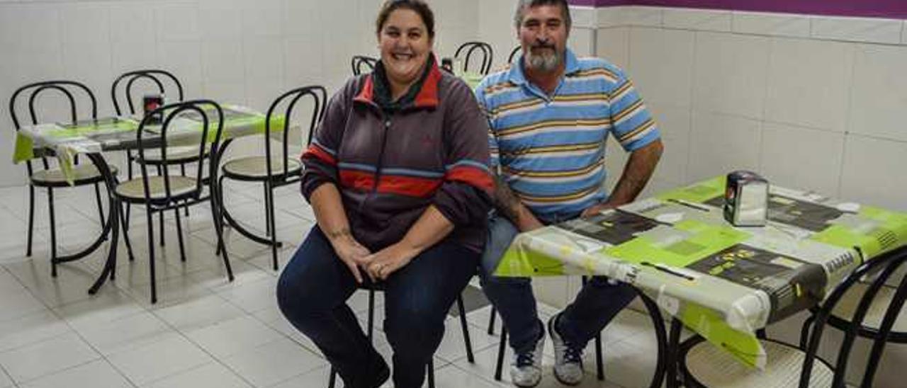 Isabel Rodríguez y Santiago Jaime León, ayer, en el bar que regentan en Schamann.