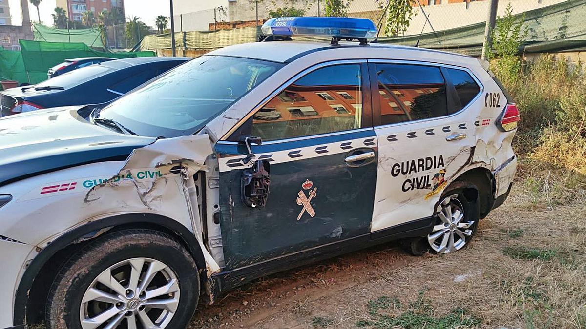 Daños que sufrió el vehículo patrulla de la Guardia Civil  tras ser embestido.  levante-emv