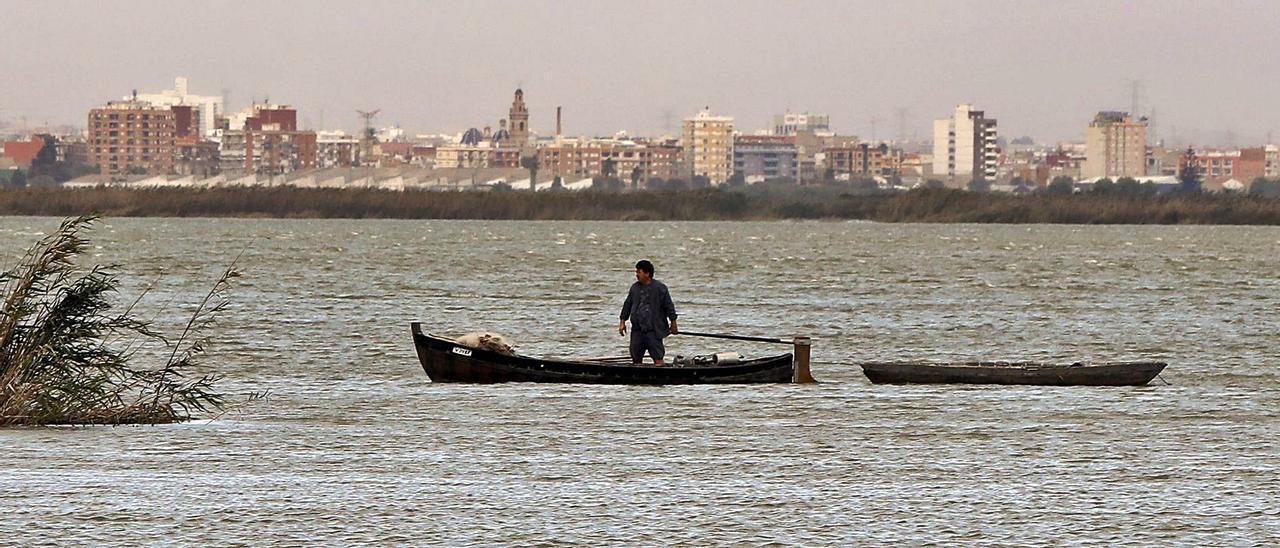 Los pescadores creen que la CHJ debería aportar 250 hectómetros cúbicos a l'Albufera. | M.A. MONTESINOS