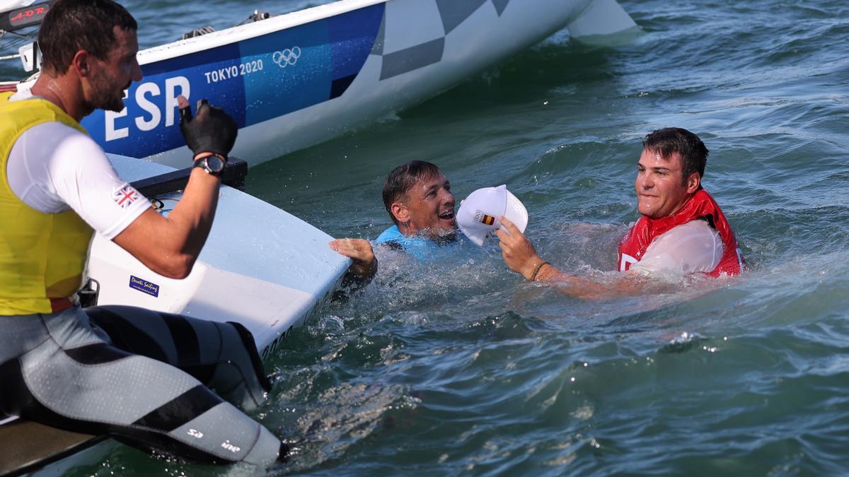 Joan Cardona celebra en el agua el bronce conseguido en Tokio.