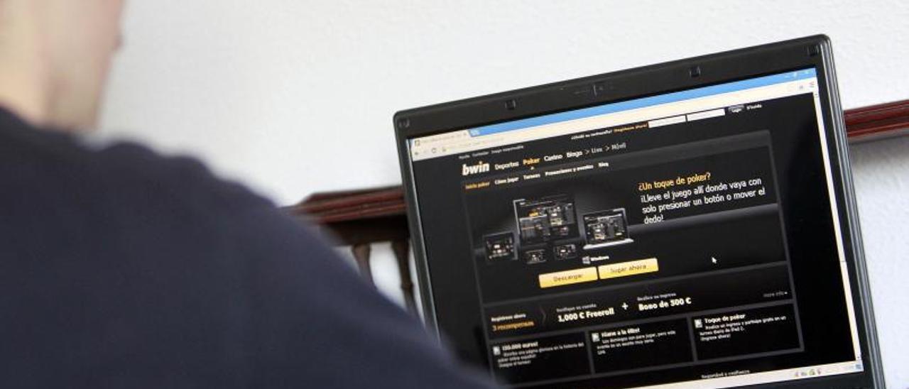 Un joven accede a una página de casa de apuestas, en una imagen de archivo. |   // J. LORES