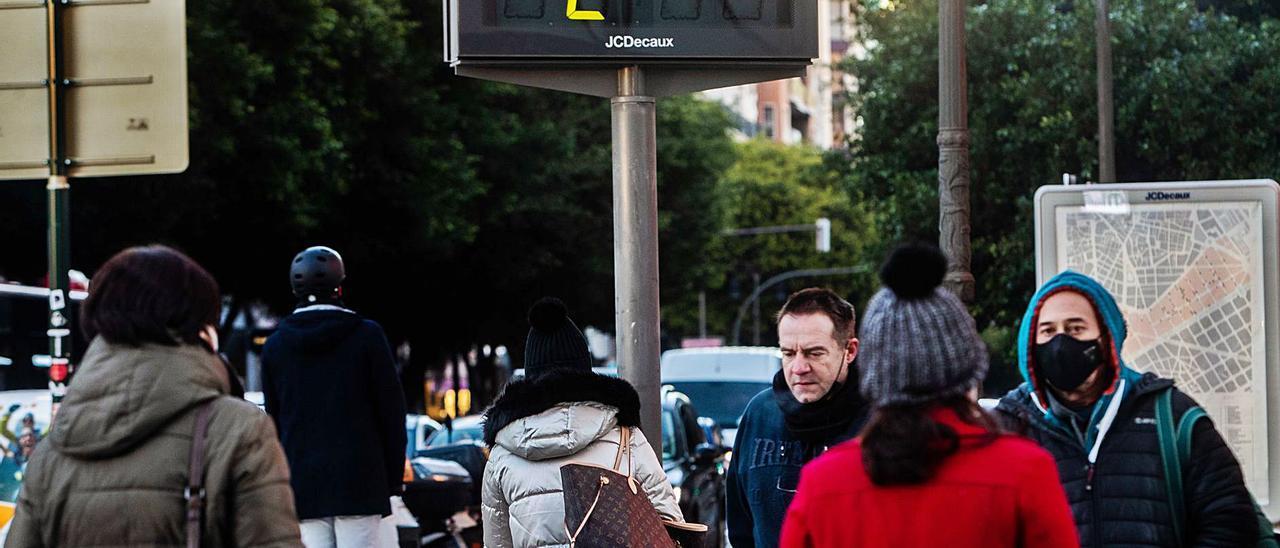 Viandantes en València abrigados en un día de  mucho frío.  M.A.MONTESINOS