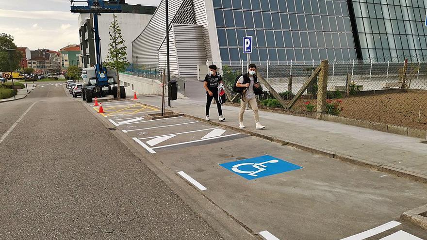 El gobierno local habilita aparcamientos para motos y discapacitados en la piscina