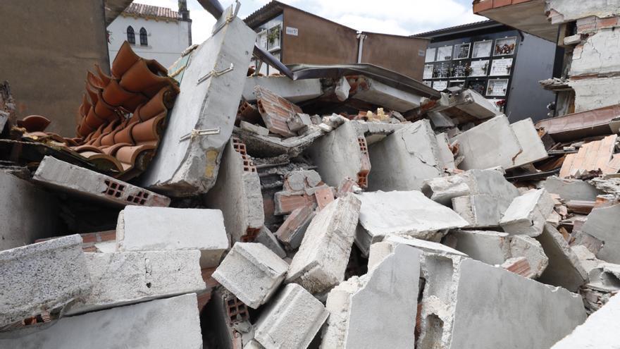 """Los vecinos de Limanes: """"Es urgente arreglar el cementerio, nosotros nos cuidamos, pero también tenemos que cuidar a los muertos"""""""