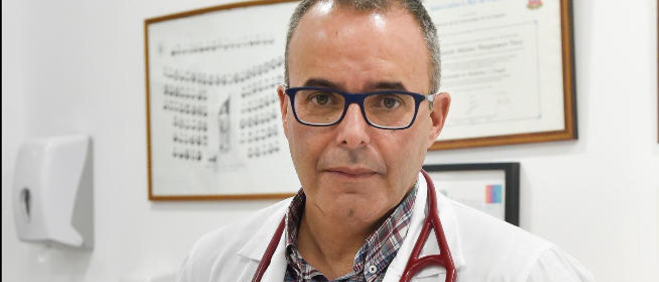El doctor Fernando Wangüemert en su consulta de la clínica Cardioavant.