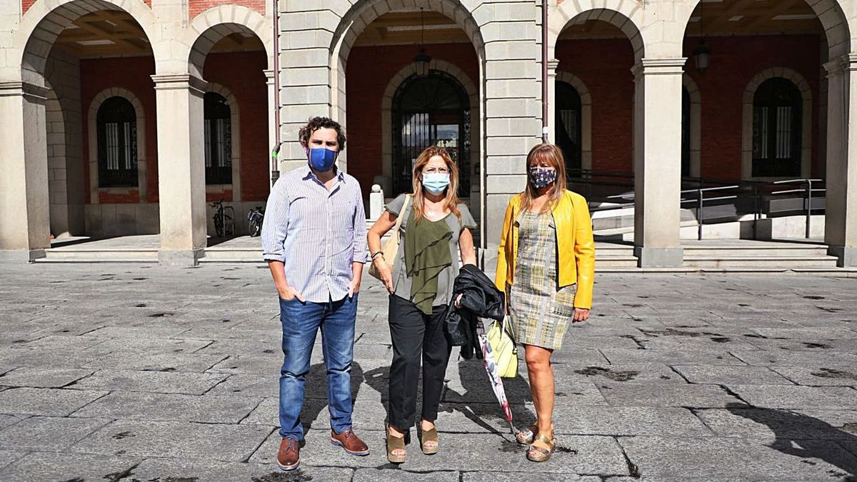 Víctor López de la Parte, Mayte Martín Pozo y Rosa García frente al Ayuntamiento de Zamora. | Nico Rodríguez
