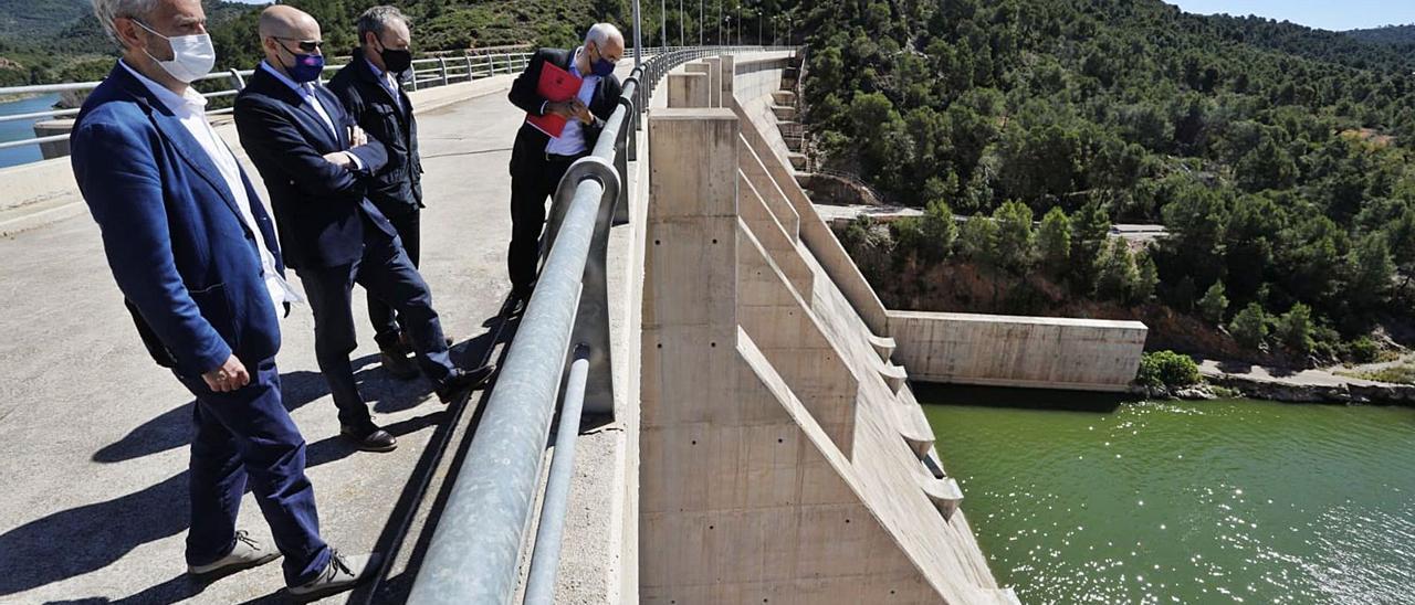 Los presidentes de la Confederación Hidrográfica y de la Sèquia Major al visitar ayer la presa de Algar con técnicos y directivos. | DANIEL TORTAJADA