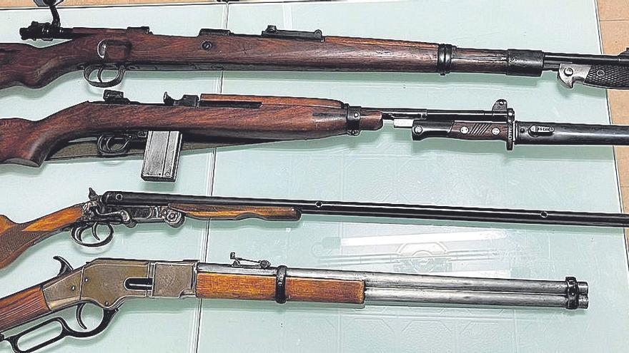 Un anciano se pasea con un revólver por Murcia y luego hallan un arsenal en su casa