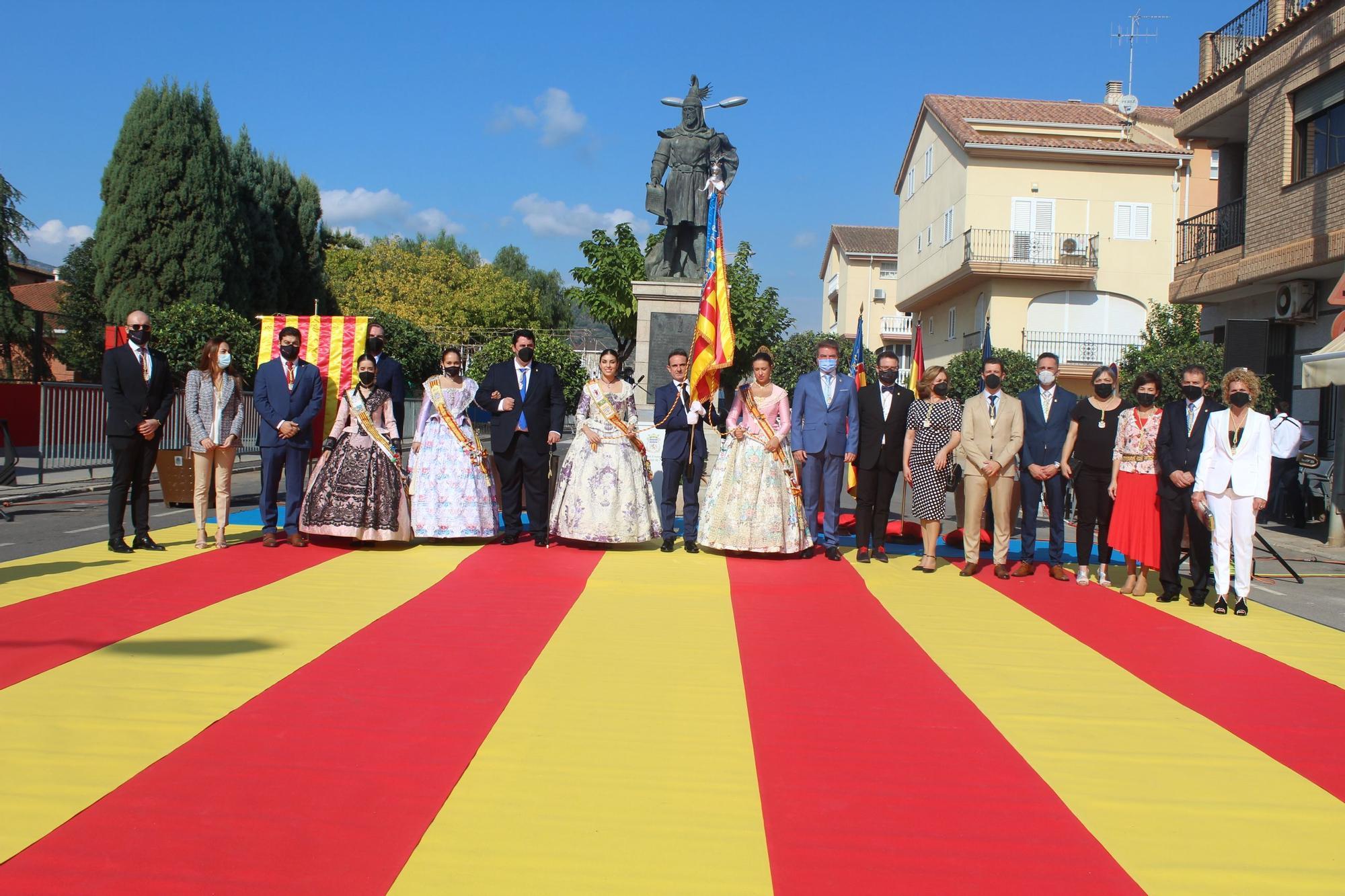 La Processó Cívica en Nules acompañada de la Real Señera.