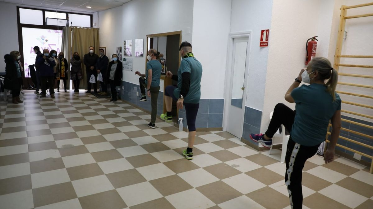 Sesión de ejercicio terapéutico, en la sede de Azayca