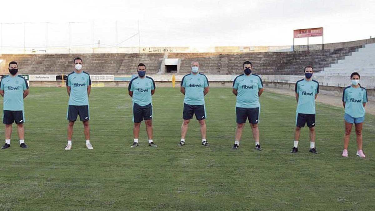 El cuerpo técnico del Poblense, encabezado por Óscar Troya, posa ayer antes del entreno.