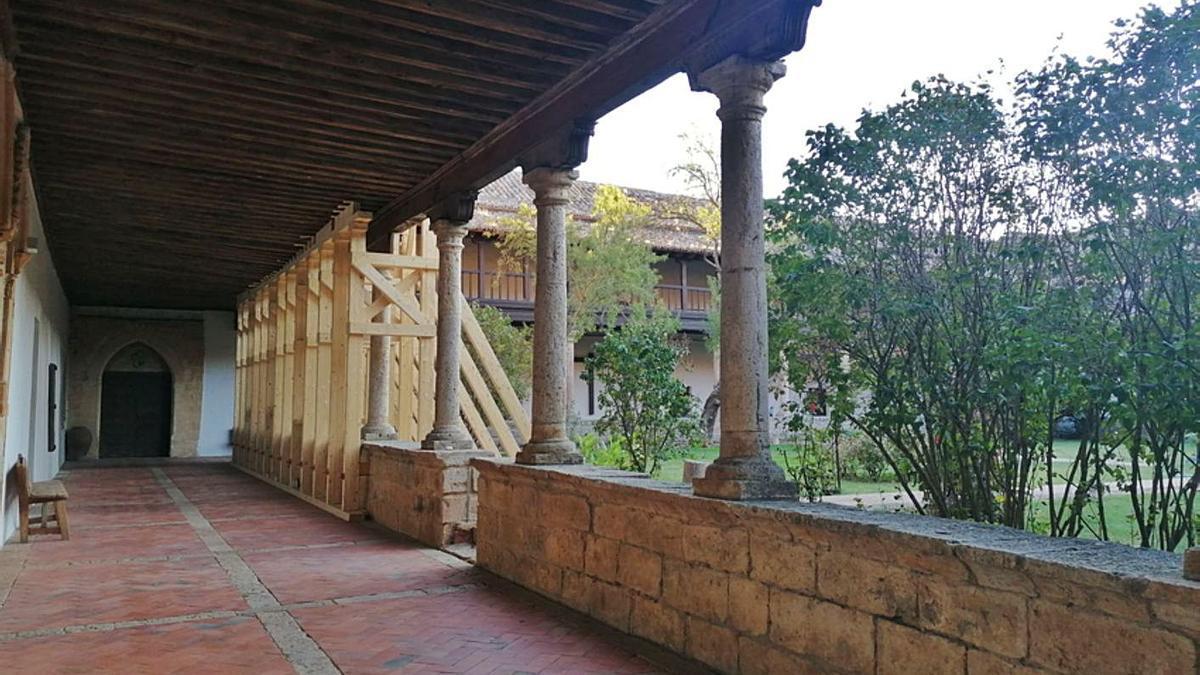 Apeo de parte del forjado del claustro del convento ejecutado tras el desplome parcial de tres columnas.   M. J. C.