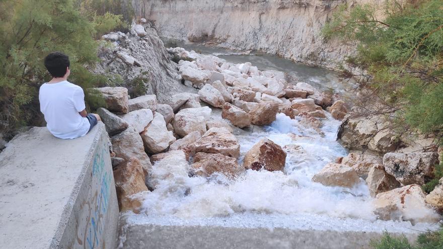 El canal de entrega de agua desalinizada del embalse de La Pedrera se viene abajo