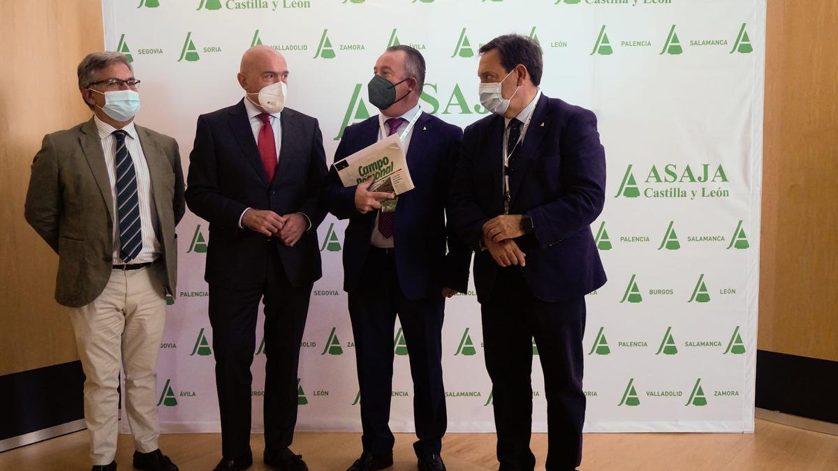 Por la izquierda el secretario y el consejero de Agricultura junto a los presidentes regional y nacional de Asaja