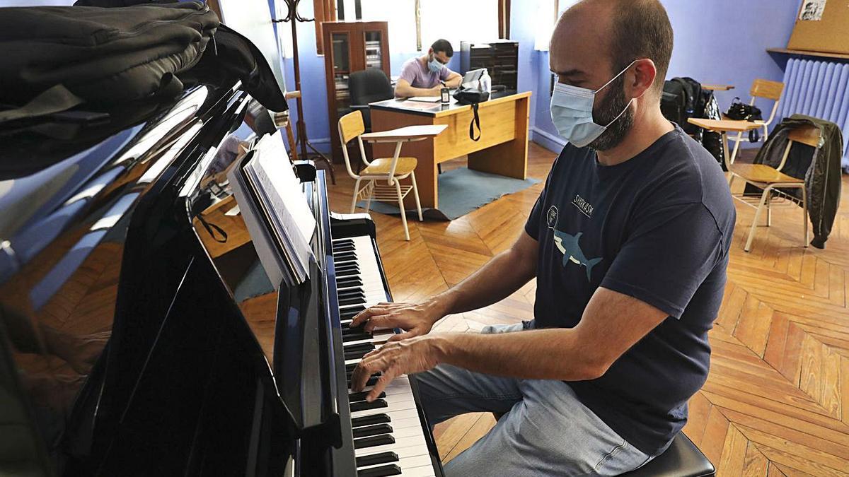 Pablo Moras y Rubén Díez ponen música a los cantares de Avilés | RICARDO SOLÍS