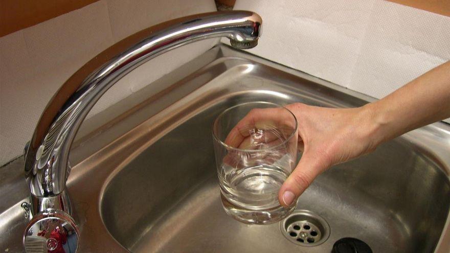 Los vecinos de Las Jaras siguen sin agua pese al ultimátum de Urbanismo a la empresa responsable