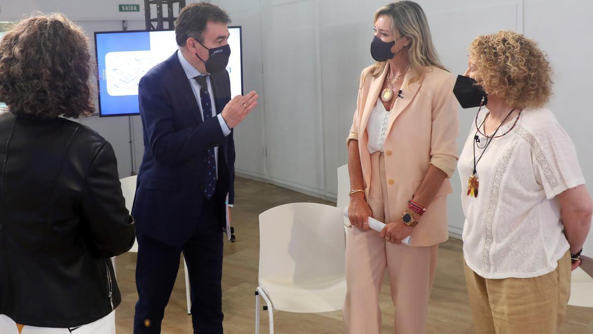Román Rodríguez conversa con varias directoras, entre ellas Eva López, del IES Valadares.