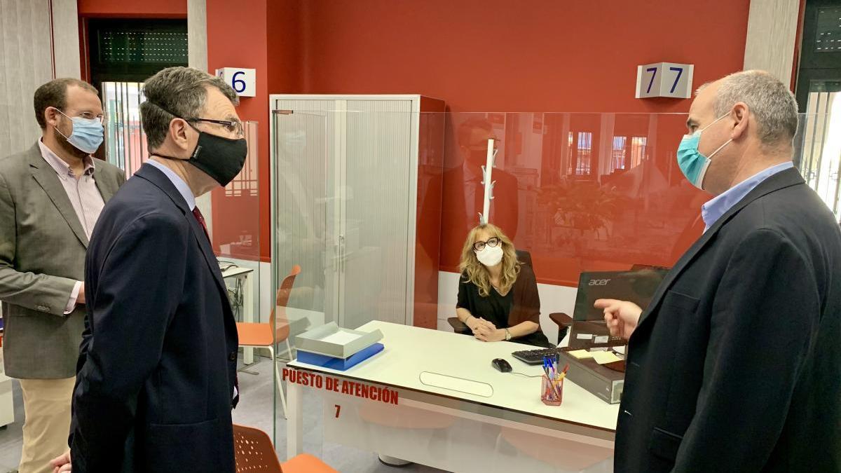 El Ayuntamiento de Murcia comienza a instalar pantallas protectoras en los servicios municipales