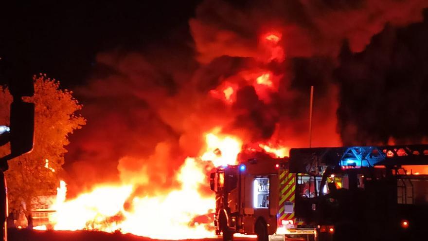 Els Bombers de la Generalitat, en el moment que arribaven a l'incendi al Polígon de Vilamalla