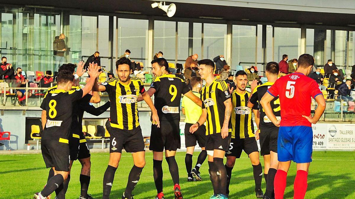 Los jugadores del Ribadumia celebran uno de los tantos obtenidos el pasado domingo.    // IÑAKI ABELLA