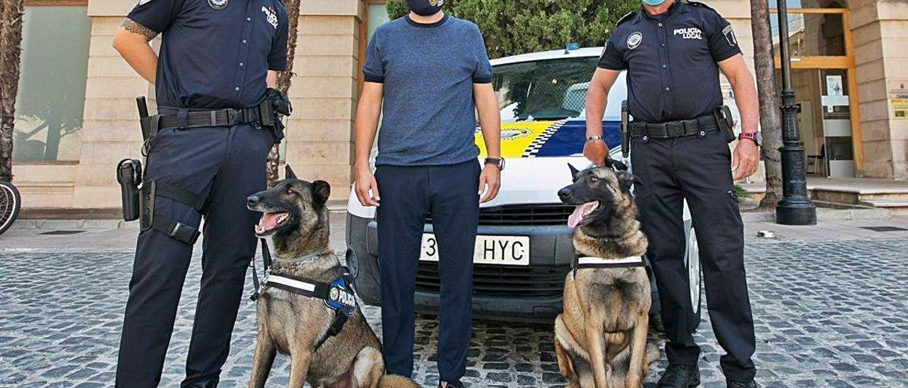 Los dos perros, con los agentes propietarios y el concejal Arnau.