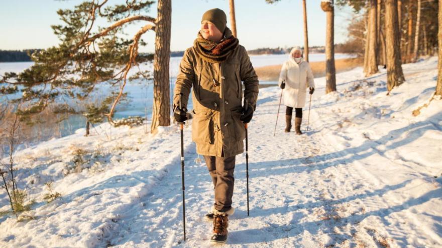 La moda del 'nordic walking': los beneficios de andar con bastones de esquí