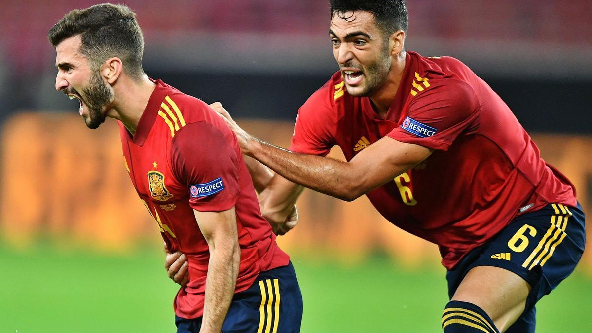 José Luis Gayà celebra un tanto con la selección española.