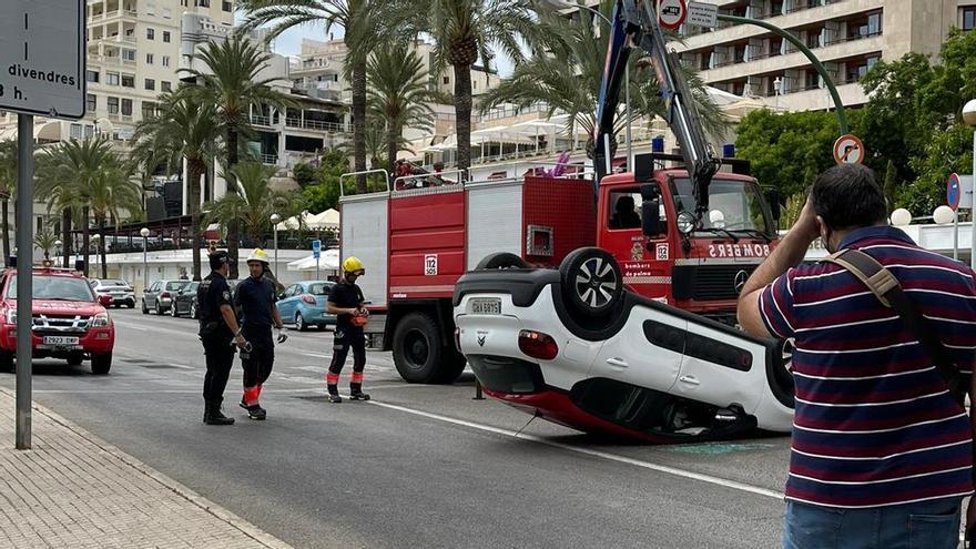 Aparatoso accidente al volcar un coche en el Paseo Marítimo de Palma en sentido Portopí