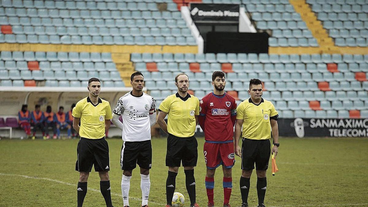 Daniel Piñuel Peña (centro), antes de un partido.