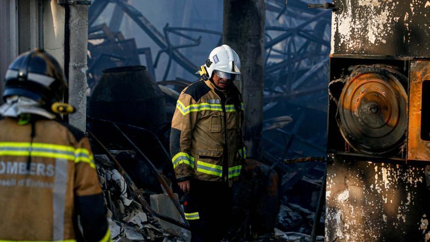 Un incendio en Ibiza acaba con la nave de la carpintería Alba