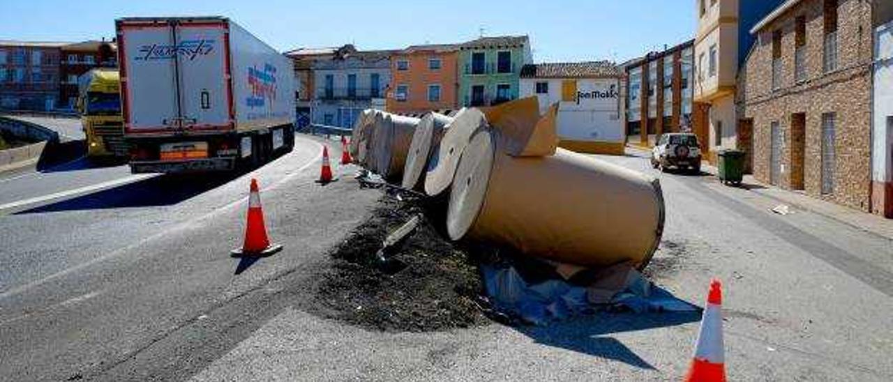 Un camión vuelca y pierde su carga de bobinas junto al casco urbano de la Font