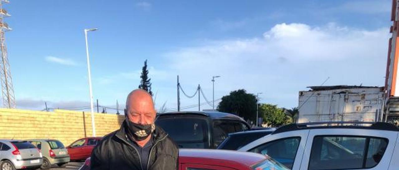 Wolf Clemens, persona sin hogar, junto al coche donde duerme en Telde. | | LP/DLP