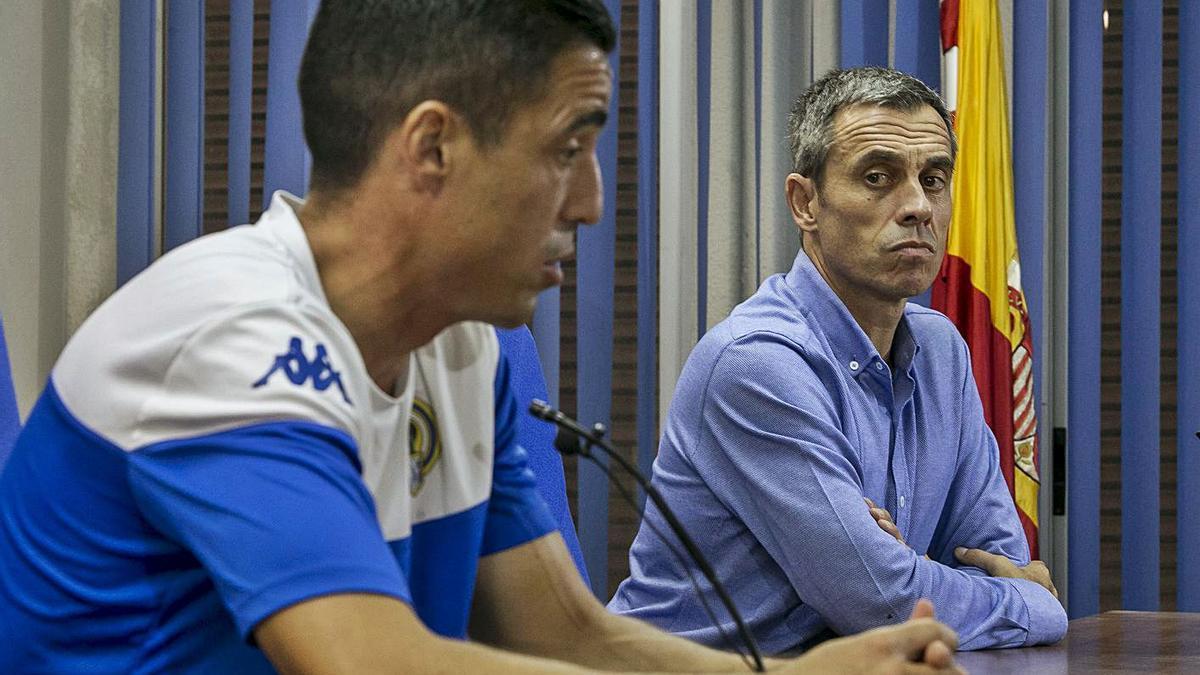 Carmelo del Pozo observa a Pedro Sánchez, uno de los fichajes que aún no ha debutado.