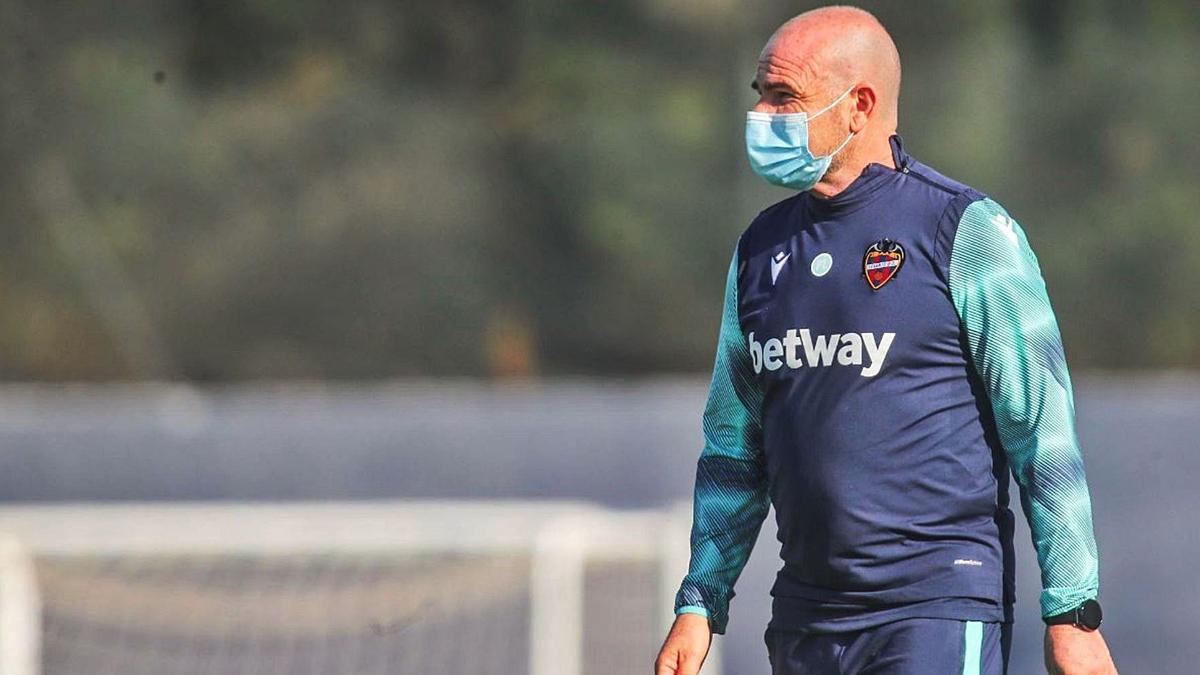 Paco López, entrenador del Levante UD, en una sesión preparatoria en la ciudad deportiva de Buñol. | F.CALABUIG