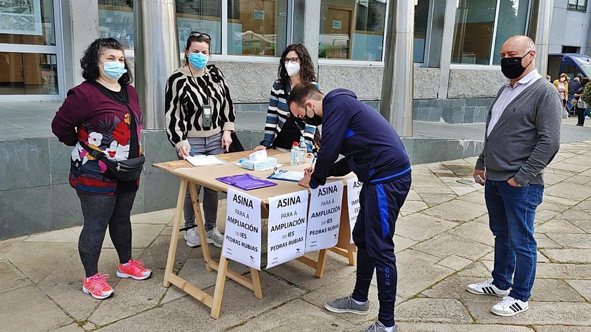 Recogida de firmas realizada hace un mes para reclamar Bachillerato en el IES de Salceda. |   // ANXO BOENTE