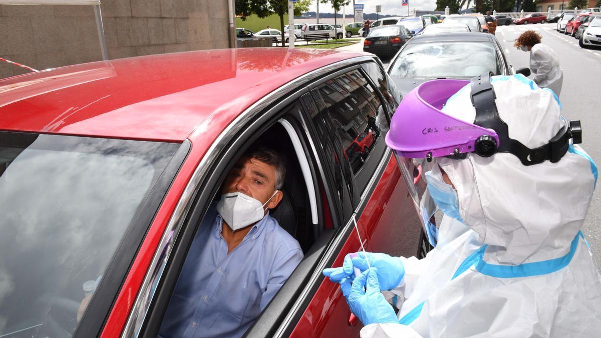 Pruebas PCR en el Covid-Auto del centro de salud de O Ventorrillo, en A Coruña.