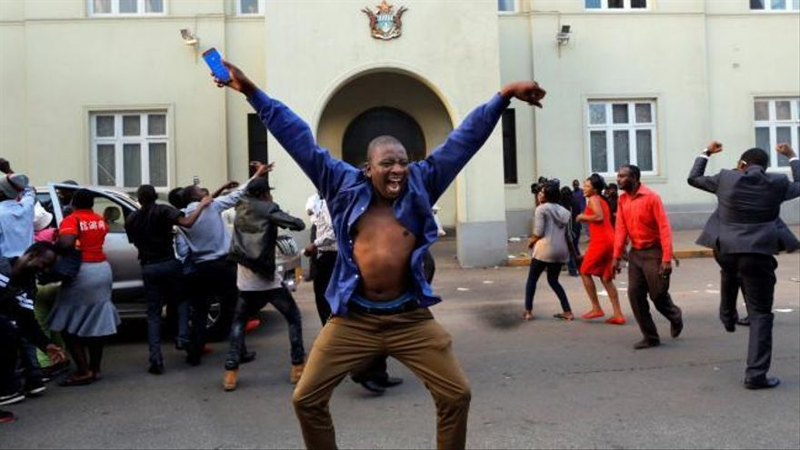 Las calles de Zimbabue reciben con euforia la dimisión de Mugabe