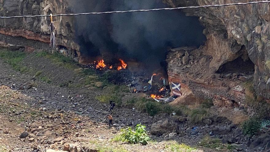 Se incendia una casa cueva en el Barranco de Santos