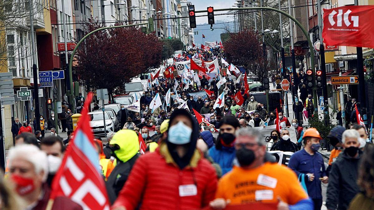 Manifestación que recorrió ayer las principales calles de Ferrol.     // KIKO DELGADO