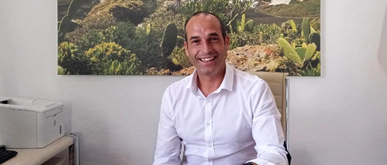 Alfredo Villalba, el pasado viernes, en su despacho en la Alcaldía de Haría.
