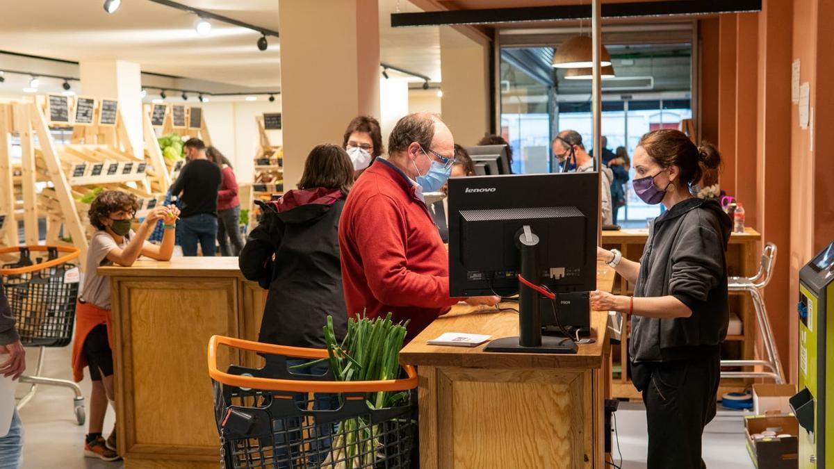 Interior del supermercat cooperatiu de Manresa