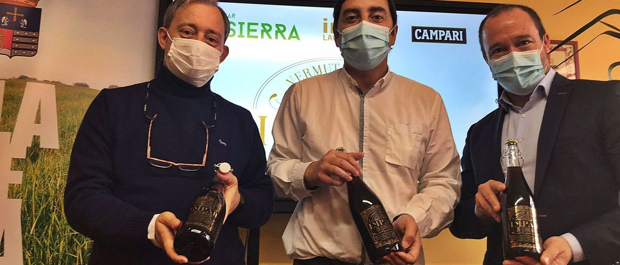 Por la izquierda, Víctor Manuel Suárez, Gerardo Sanz y Alberto García. Arriba, una imagen de la botella del vermú de Llanera.
