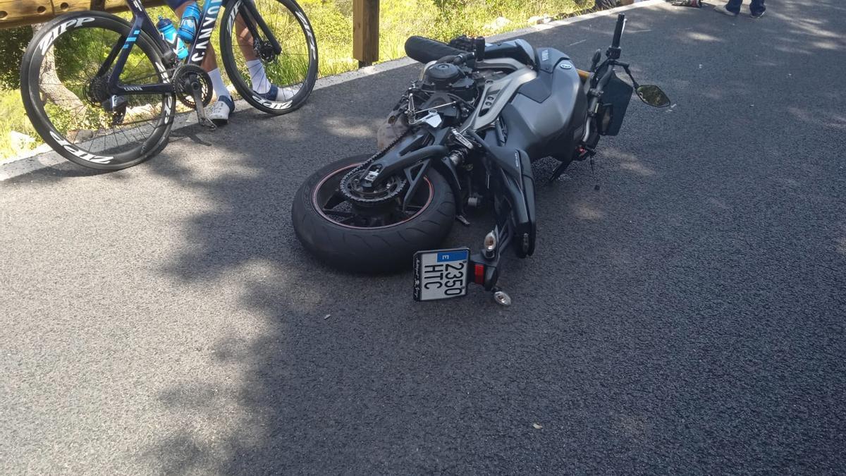 Motorista bajo el guardarraíl después de sufrir una caída en Valldemossa.