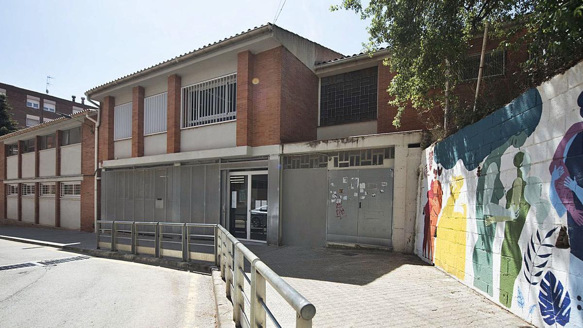 L'edifici on ara hi ha l'institut ja havia servit per a les escoles Joncadella i Ametllers, i ha quedat petit | MIREIA ARSO