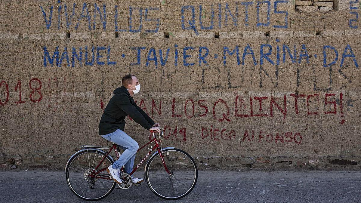 Un joven pasea en bicicleta por un pueblo. | N. Rodríguez