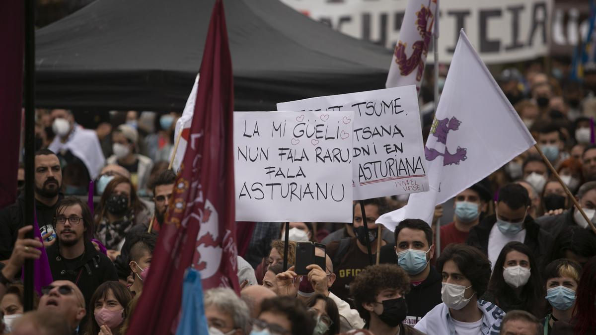 Los partidarios de la cooficialidad del asturiano se manifiestan en Oviedo