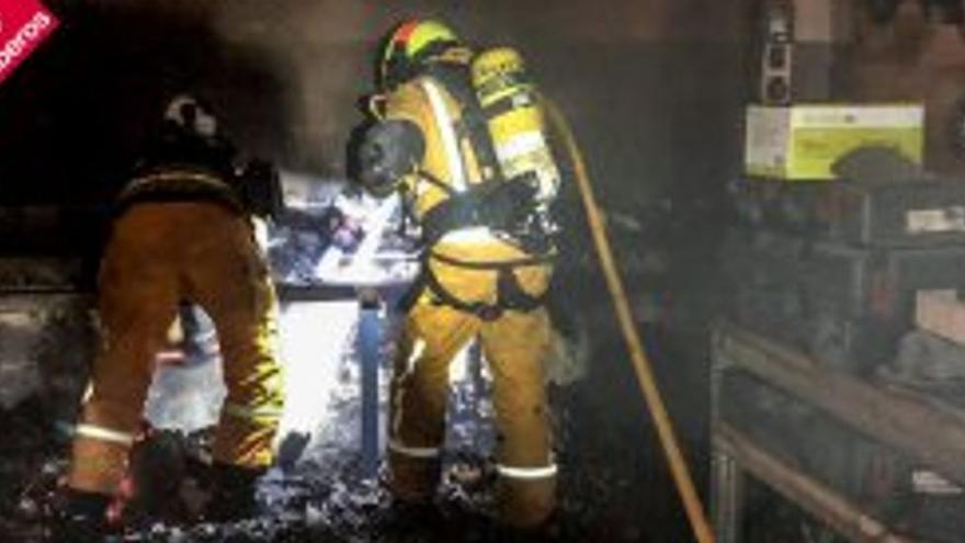 Los bomberos sofocan un incendio en una nave industrial  que trabaja piedra artificial en Villena